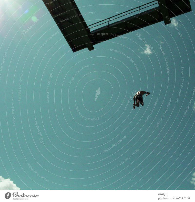 JUUUUMP > WAAAAAAH! springen zyan Froschperspektive klein Gebäude Kran Sonnenstrahlen Nervenkitzel Mann Mensch Himmel schön Schönes Wetter Stunt Mutprobe Sommer