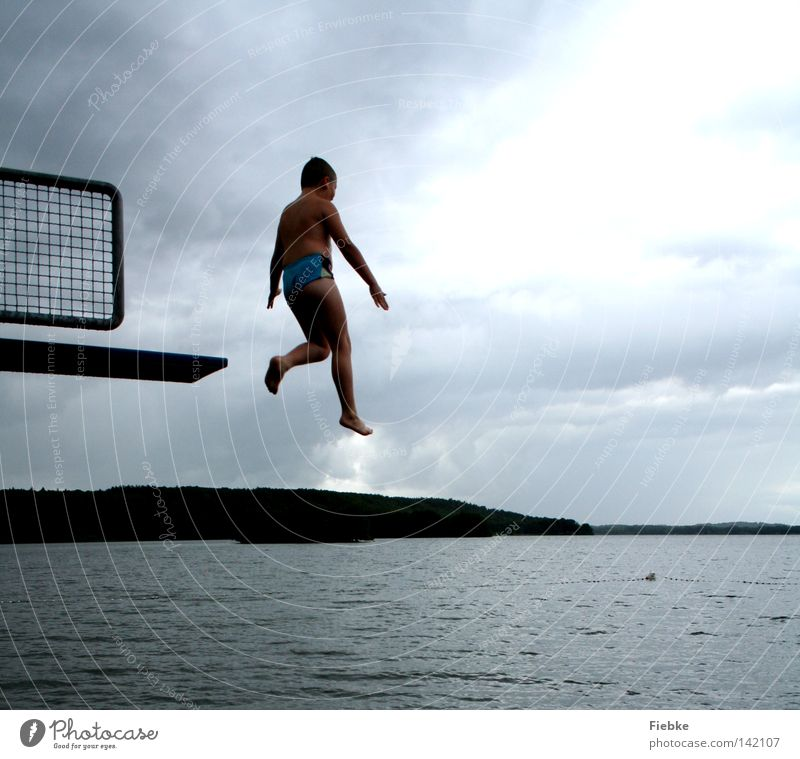 olympiareif? Kind Himmel Jugendliche Wasser Freude Wolken schwarz kalt Bewegung Junge Küste grau springen See Beine Luft