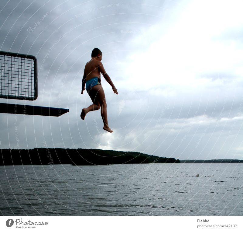 olympiareif? springen Sprungbrett Junge Jugendliche Kind schreiten Luft Regen grau Unwetter Wolken See Schwimmbad Freibad Badeort Schwimmen & Baden hüpfen