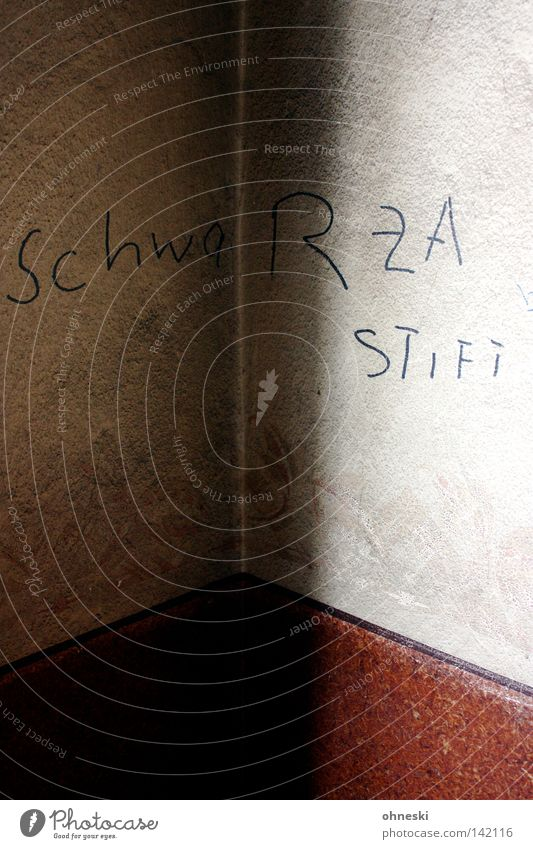 SchwaRZA STIFT schwarz Wand Treppenhaus grau Graffiti Licht Schatten gemalt Schriftzeichen Ecke Muster dreckig kalt dunkel hell Gegenteil lustig Wandmalereien