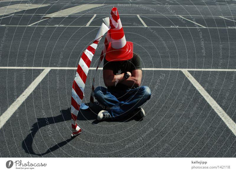 burgfräulein Angsthase Hut Pilzhut Baseballmütze Mütze Parkplatz Clown Opfergaben Straße Barriere Mann Mensch unerkannt Insignien fremd anonym sitzen Lifestyle