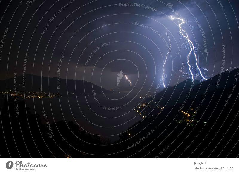 kurzzeitige Hochspannungsleitungen Gewitter Regen Nacht dunkel trüb schlechtes Wetter Wolken entladen See Berge u. Gebirge Wasser Baum Felsen Stein Bergdorf