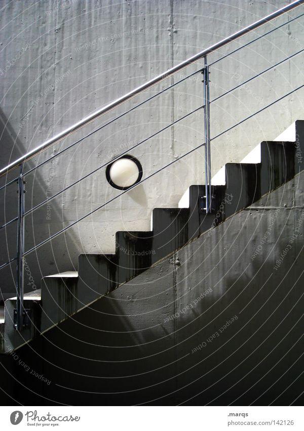 Aufwärts oben grau rund Ball Ecke hoch aufwärts Linie gehen laufen Treppe weiß Beton Lampe abwärts Metall Abstieg Geländer Treppengeländer Schatten schwarz