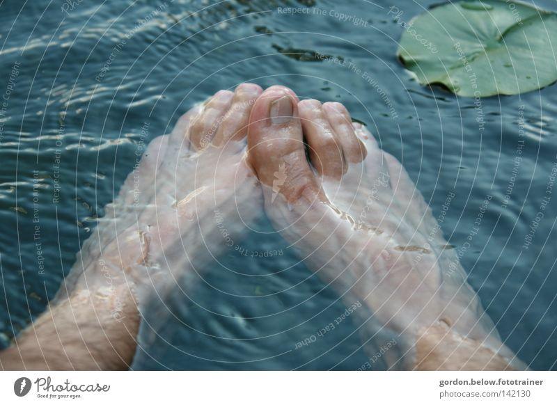 Schuhe aus, rein ins Nass Wasser Erfrischung Seerosen Fuß Zehen Wellen Zehennagel kalt Waschen Freude blasen Zehnägel Fußbad Barfuß