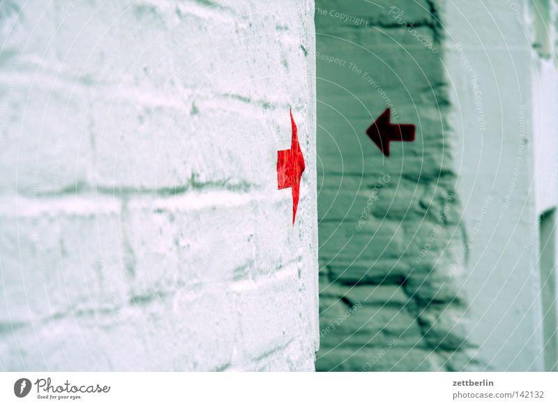 Rote Pfeile Mauer Wand Wege & Pfade Backstein Zeichen Schilder & Markierungen Hinweisschild Warnschild Kommunizieren Richtung Orientierung orientierungslos