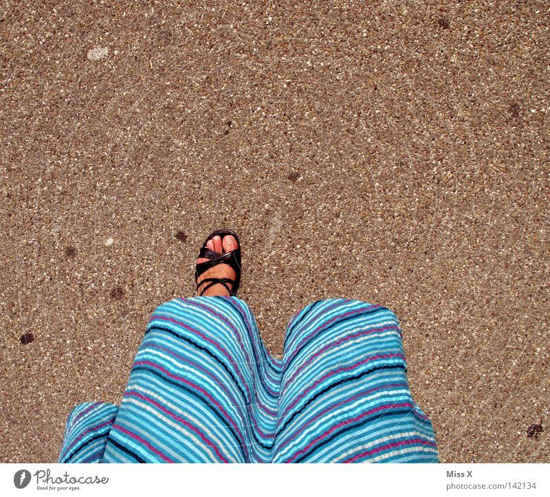 einbeinige Piratenbraut Farbfoto Sommer Frau Erwachsene Fuß Kleid Schuhe gehen laufen stehen oben unten blau grau schwarz steinig Kies Asphalt gebunden