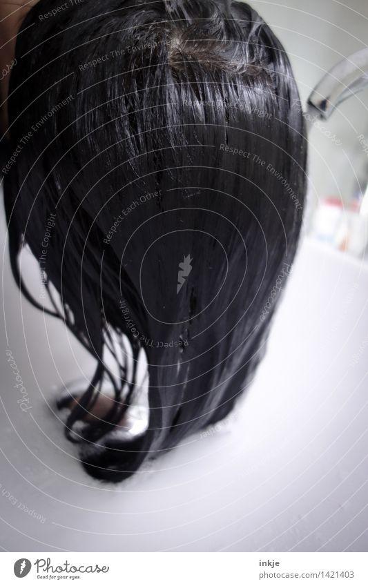 Kopfwäsche Junge Frau Jugendliche Erwachsene Leben Haare & Frisuren 1 Mensch schwarzhaarig langhaarig nass Körperpflege haare waschen Waschen Wasserhahn
