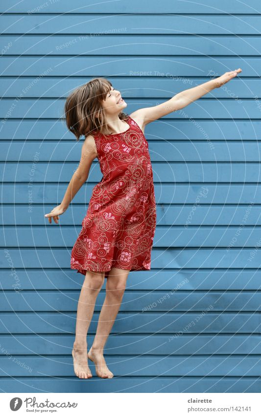 Supergirl hebt ab Kind Mädchen blau rot Freude springen Held fliegen Kleid hüpfen Superman fliegend