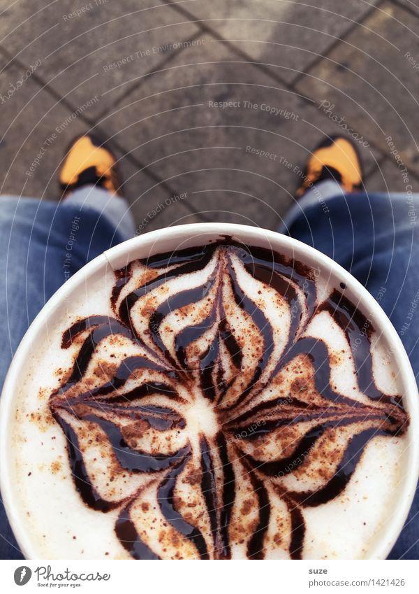 1x Kaffee Togo, zum Mitnehmen! Erholung lustig Stil Beine Kunst Lifestyle Fuß Business Zufriedenheit Büro sitzen Schuhe Beginn Kreativität genießen Getränk