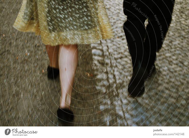 Bln 08 | In Bewegung Lebewesen Kleid Frau feminin Hose Anzug schick Bekleidung Bürgersteig pflastern Kies Kieselsteine gehen Wade Schuhe Kniekehle Turnschuh