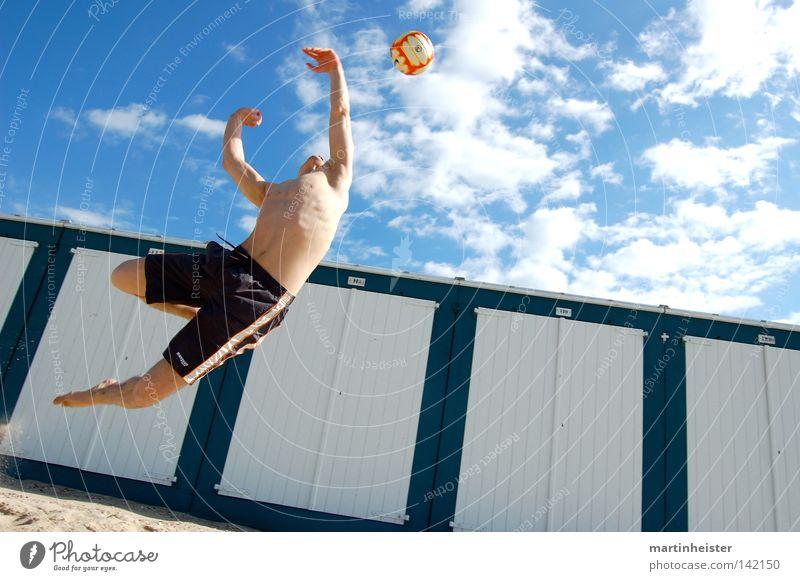 Beachvolleyball Ball Sommer Strand Meer Sonne Himmel Sport springen Ferien & Urlaub & Reisen Sand Freude werfen Spielen sportlich