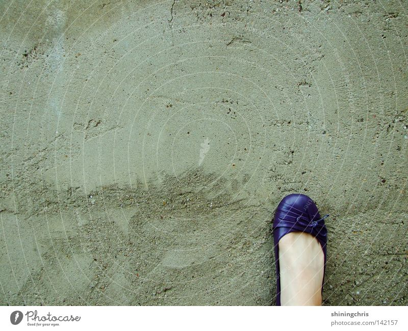 violette pompes. Frau Herbst Wand grau Mauer Fuß Schuhe Haut Schleife