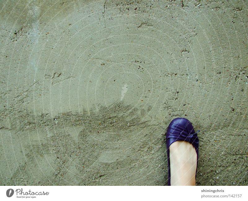 violette pompes. Wand grau Schuhe Schleife Herbst Frau viollette ballarinas Fuß Haut grey Mauer