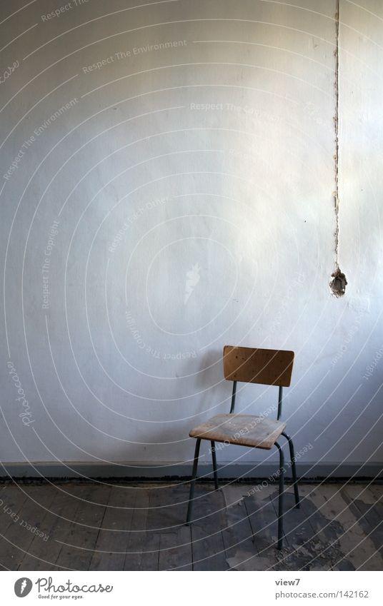 Unterputzleitung alt Wand Holz Raum dreckig Bodenbelag kaputt Stuhl verfallen Idee Verfall Möbel schäbig Stillleben Putz