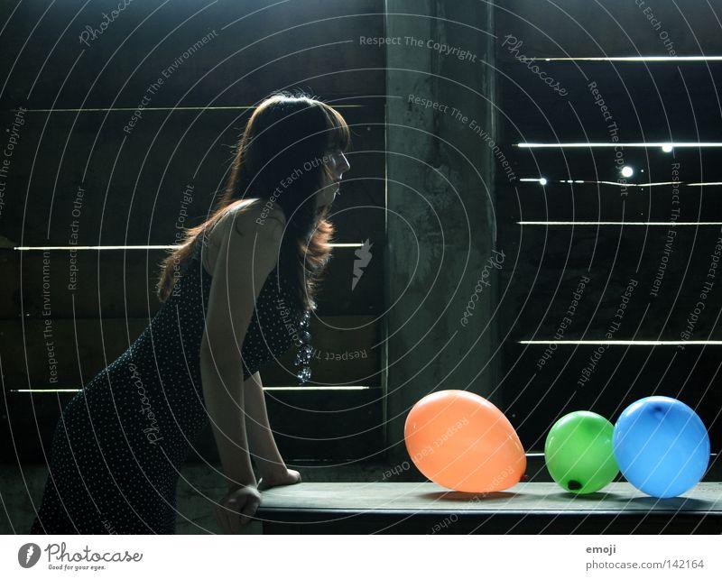 / ... Frau Jugendliche blau grün Einsamkeit lustig orange Beleuchtung Tisch Luftballon Körperhaltung Kleid verfallen Seite Junge Frau Gegenteil