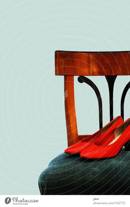 Wenn die Schuhe nicht zu den Beinen passen.... Bekleidung rot Möbel Polster Samt antik Antiquität Design Zufriedenheit ruhig Innenaufnahme Frieden