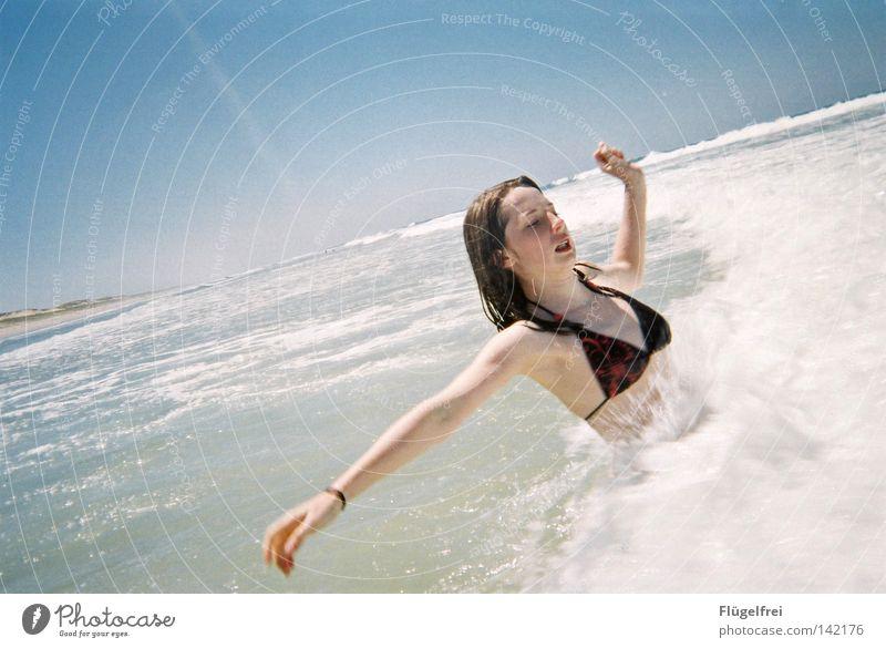 Wuuuah ist das kalt! Frau Himmel blau Ferien & Urlaub & Reisen Wasser weiß Sommer Meer Freude Einsamkeit Strand Erwachsene Gefühle lachen Bewegung