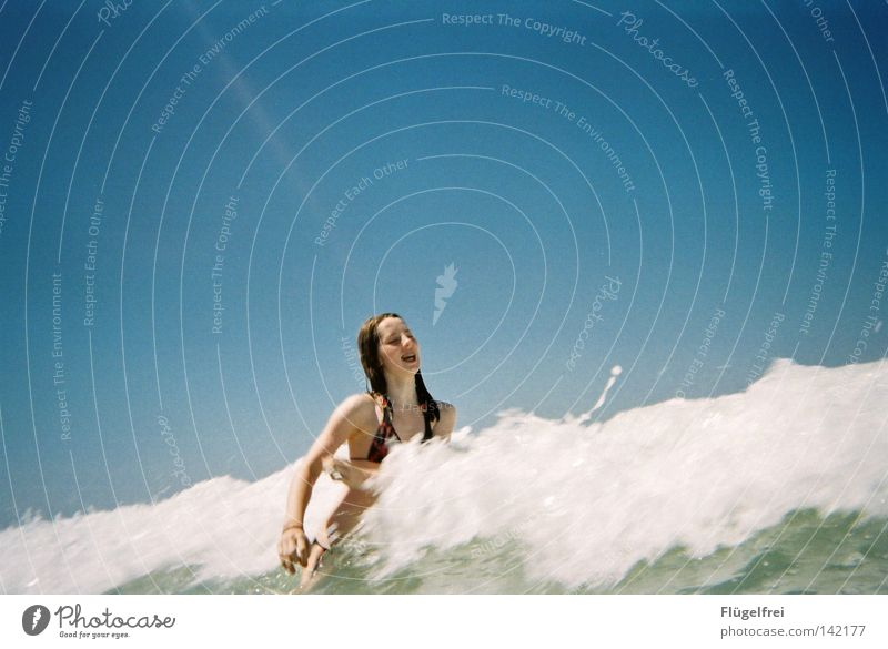 Endlich ne Abkühlung! Frau Himmel blau Ferien & Urlaub & Reisen Wasser weiß Sommer Meer Freude Einsamkeit Strand Erwachsene kalt Gefühle lachen Bewegung