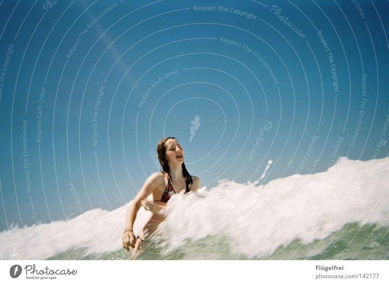 Endlich ne Abkühlung! Freude Ferien & Urlaub & Reisen Freiheit Sommer Strand Meer Wellen Energiewirtschaft Frau Erwachsene Luft Wasser Himmel Schönes Wetter
