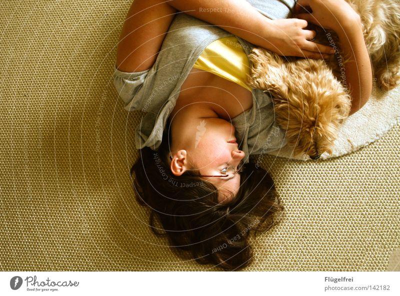 Zwei allein Hund Frau Jugendliche Tier ruhig Erholung Erwachsene Liebe Wärme Gefühle Haare & Frisuren Glück klein Denken liegen Freundschaft