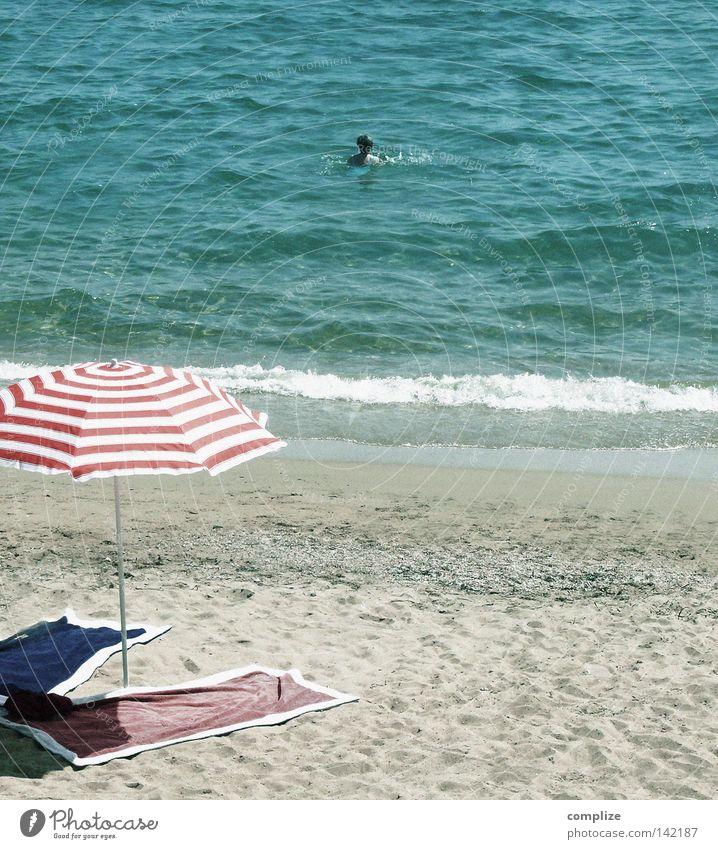 Manfred, ich geh schwimmen! Strand Ferien & Urlaub & Reisen Meer Sommer Sommerurlaub Sonnenschirm Liegestuhl Wellen Mann Brandung Sandstrand maritim mediterran