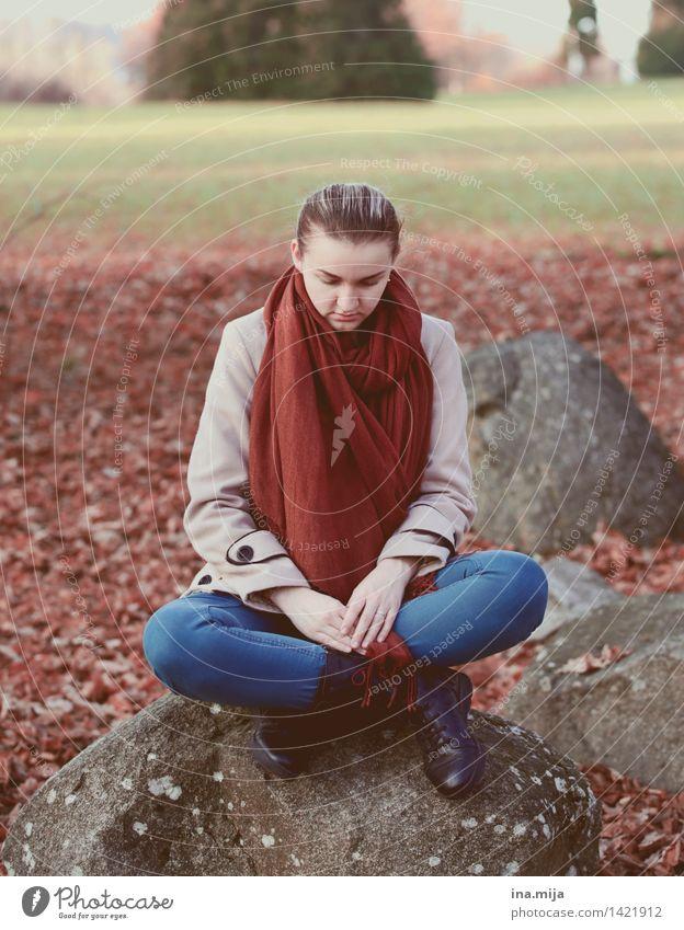 Ort der Stille Mensch Jugendliche blau Junge Frau rot Einsamkeit 18-30 Jahre Erwachsene Leben Traurigkeit Herbst feminin Denken orange Zufriedenheit sitzen