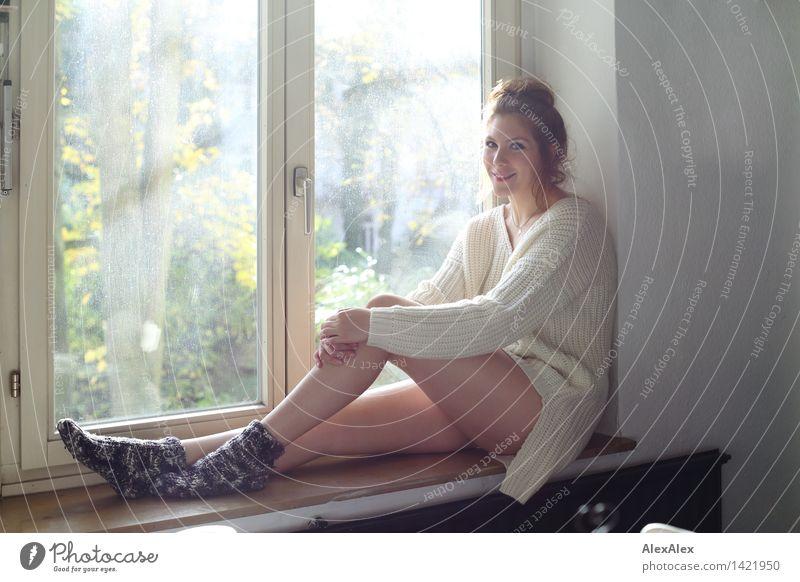 Sonntagsmorgensgegenlichtmädchenaufderfensterbank Leben harmonisch Wohlgefühl Junge Frau Jugendliche Gesicht Beine 18-30 Jahre Erwachsene Wollsocke