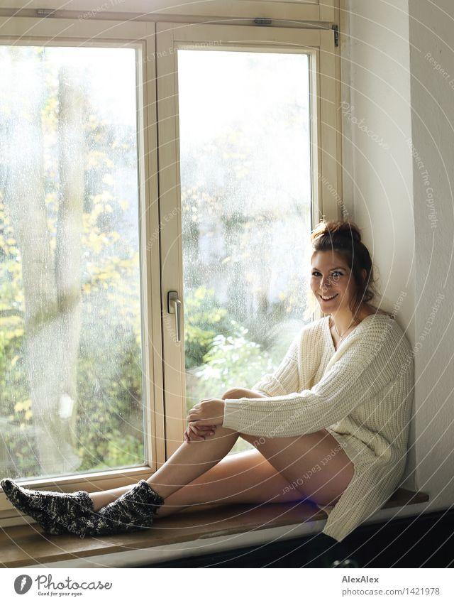 Alles gut Wellness Wohlgefühl Erholung Küche Fenster Fensterbrett Junge Frau Jugendliche Gesicht Beine 18-30 Jahre Erwachsene Strickpullover Wollsocke brünett