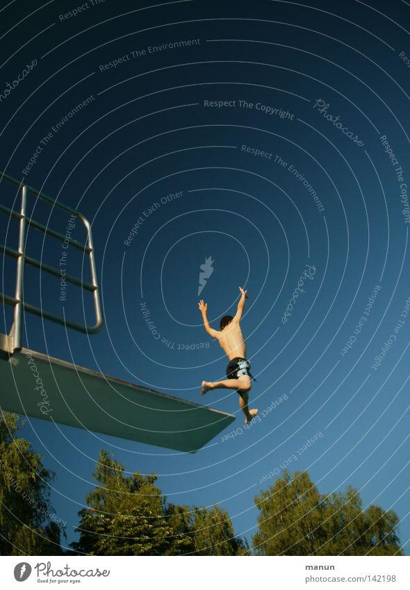 Yeah! Himmel Mann Jugendliche weiß grün blau Baum Sommer Freude Wolken schwarz Sport Freiheit springen Bewegung Luft