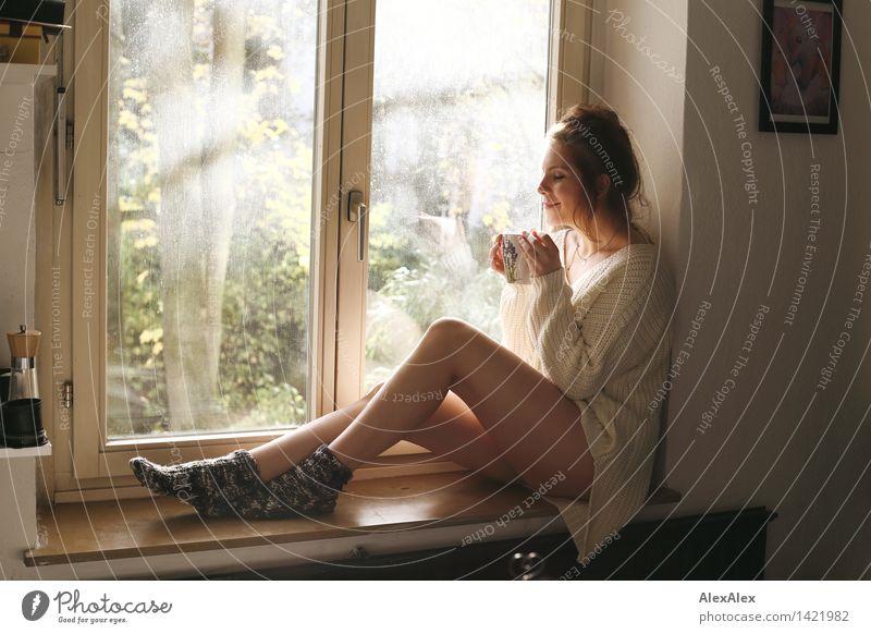 Sonntagskaffee trinken Kaffee Tasse Becher harmonisch Erholung Junge Frau Jugendliche Körper Beine 18-30 Jahre Erwachsene Küche Fensterbrett Strickpullover