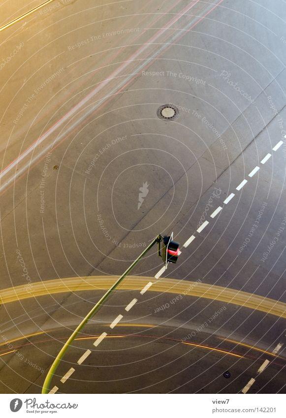 kurze Ecke oben Luft Beton hoch Verkehr Geschwindigkeit fahren Güterverkehr & Logistik Ziel Spuren unten Verkehrswege führen Richtung Abenddämmerung Ampel