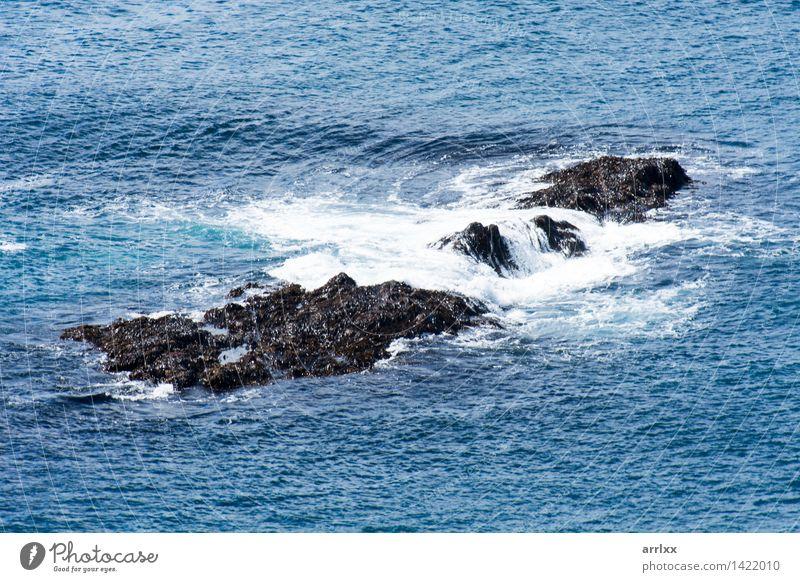 Felsen in einem Ozean Natur blau schön Meer dunkel natürlich Küste grau Wetter frisch Wellen Geschwindigkeit gefährlich Coolness Tropfen