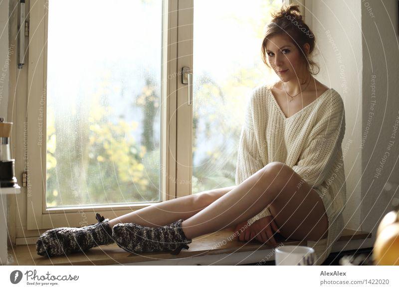 Auf der Sonnenseite Jugendliche Stadt schön Junge Frau Erholung 18-30 Jahre Fenster Gesicht Erwachsene feminin Glück Beine Stimmung Zufriedenheit