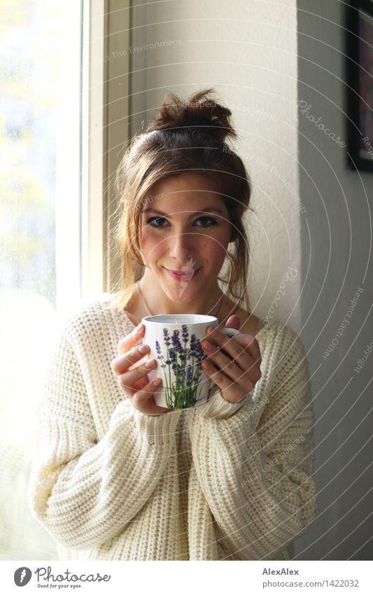 Sonntagskaffee Kaffee Frühstück trinken Heißgetränk Tasse Becher harmonisch Wohlgefühl Junge Frau Jugendliche Gesicht 18-30 Jahre Erwachsene Küche Fenster