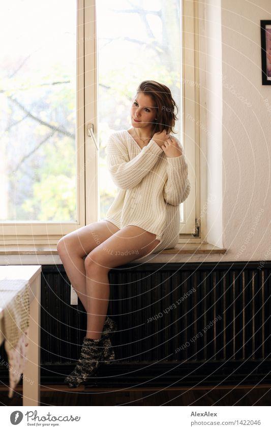 sonntags... Jugendliche schön Junge Frau 18-30 Jahre Fenster Erwachsene feminin Glück Beine Lifestyle Wohnung träumen Körper authentisch sitzen Lächeln