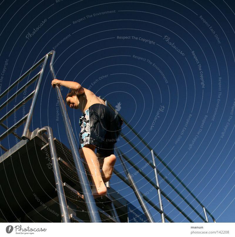 Vorfreude Sprungbrett aufsteigen Chrom Badehose Sommer Physik Erfrischung Spielen Wassersport springen Aktion Nervenkitzel türkis weiß Jugendliche Leiter