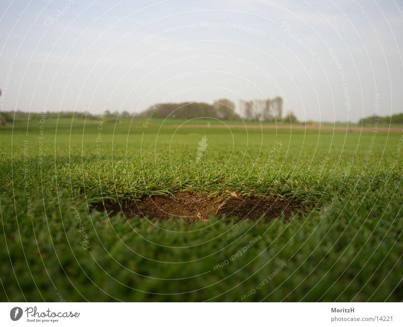 Golfloch aus Ballsicht grün Sport Rasen Loch Golfplatz
