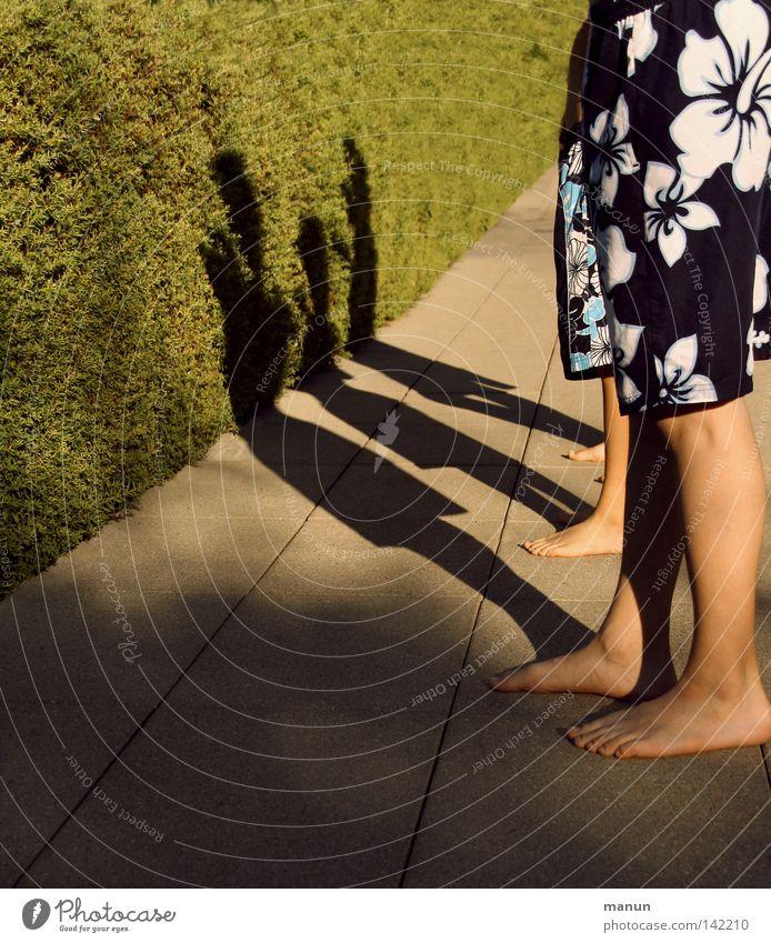 take a break Kind Jugendliche blau grün weiß Sommer Freude schwarz gelb Junge Wege & Pfade Stein Beine Fuß warten Bodenbelag