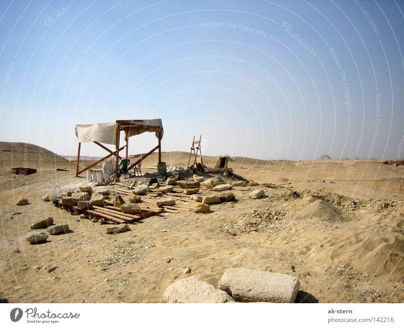 hinter der Pyramide Wüste Himmel Sand Haus Hütte Stein Häusliches Leben Arbeiter Pause Sonnensegel Wetterschutz Säule Restauration verfallen Afrika