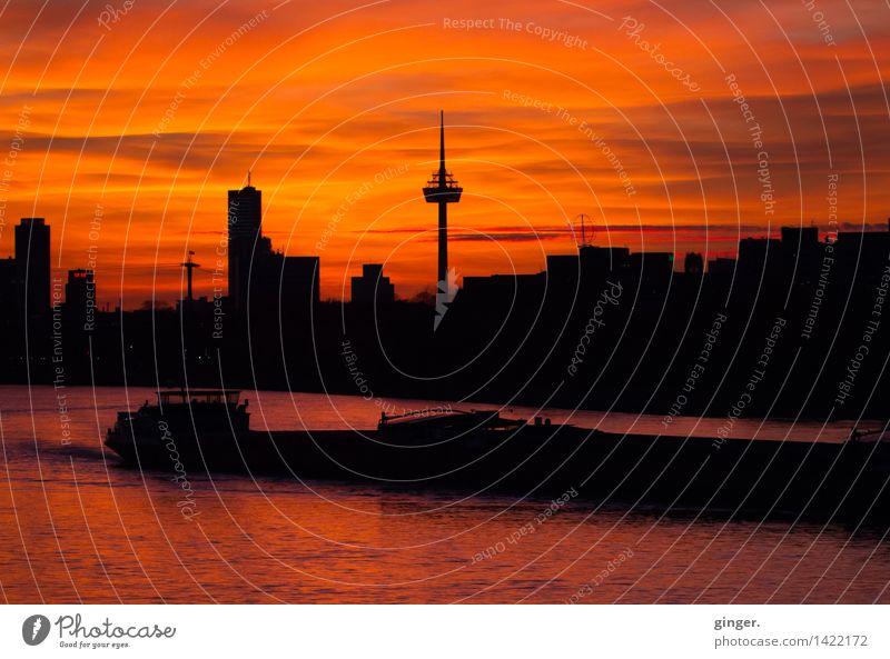 Skyline mit Frachter Wasser Himmel Wolken Sonnenaufgang Sonnenuntergang Sonnenlicht Herbst Wetter Schönes Wetter Fluss Rhein Köln Stadt Haus Hochhaus