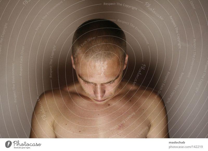 Portrait junger Mann introvertiert nackt mit Glatze, der nach unten guckt Mensch Schulter Anmut ehrwürdig ruhig Gebet zart unterwürfig unterwerfen ruhen nah