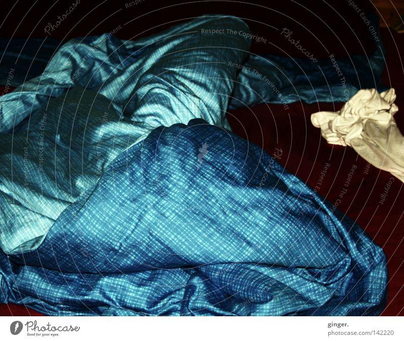 Nachtlager Bett Schlafzimmer T-Shirt schlafen dunkel hell blau schwarz Einsamkeit Bettlaken Decke beige durcheinander unordentlich lässig Kissen aufstehen