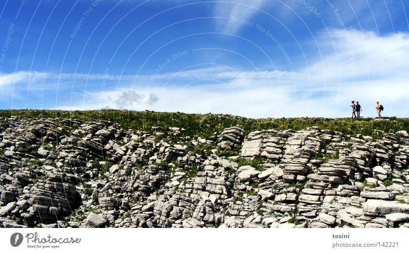 small people, big nature [2/5] Himmel Berge u. Gebirge Mensch Aussicht Ferne Stein Felsen Gras Natur wandern Menschengruppe klein groß Wolken Rucksack Schweiz