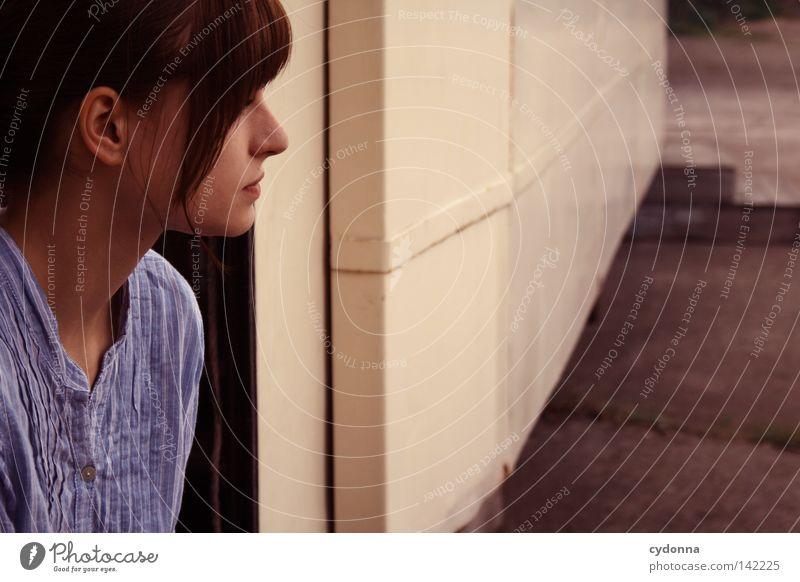 Raucherpause [Weimar08] Frau Mensch alt blau schön Einsamkeit feminin Leben dunkel Gefühle Denken Stimmung Raum sitzen warten natürlich