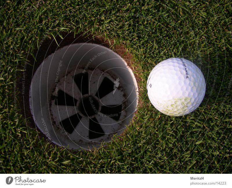 Fast im Loch grün Sport Golf Golfplatz Golfball Nike