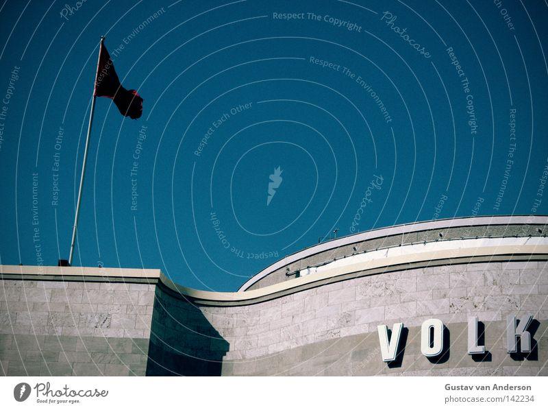 ...srepublik Haus Theater Bühne Himmel Bauwerk Gebäude Architektur Dach Stein Beton Fahne hell blau rot Signal Völker Wort Stab Stock Rauschen Berlin