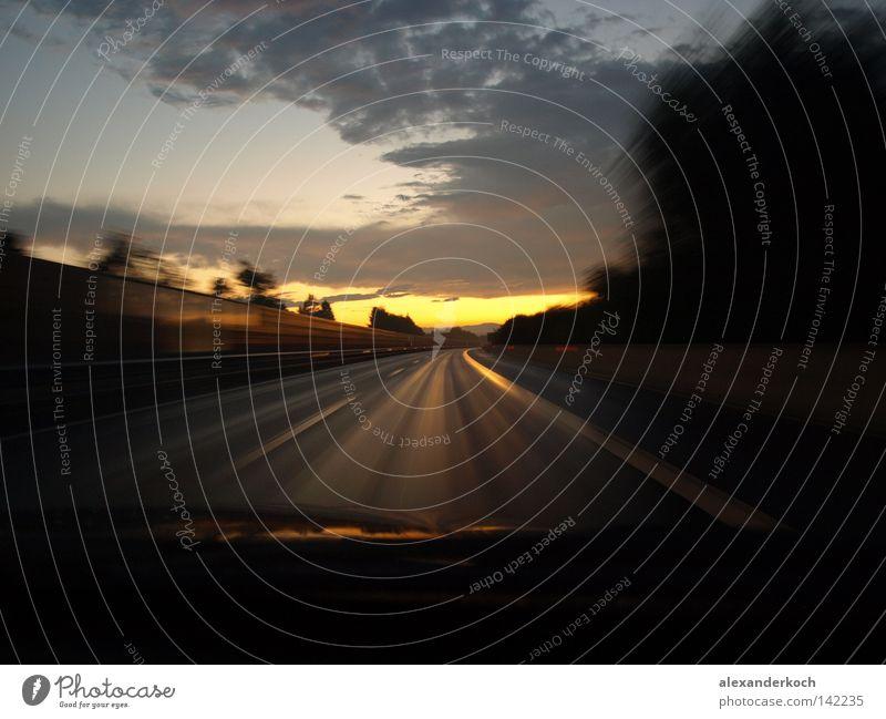 Goldstraße Straße Sonne Sonnenuntergang laufen Wege & Pfade Unschärfe Bewegung Geschwindigkeit leer Einsamkeit geradeaus Verkehr KFZ PKW Beschleunigung verloren