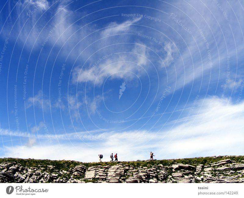 small people, big nature [3/5] Himmel Berge u. Gebirge Mensch Aussicht Ferne Stein Felsen Gras Natur wandern Menschengruppe klein groß Wolken Rucksack Schweiz