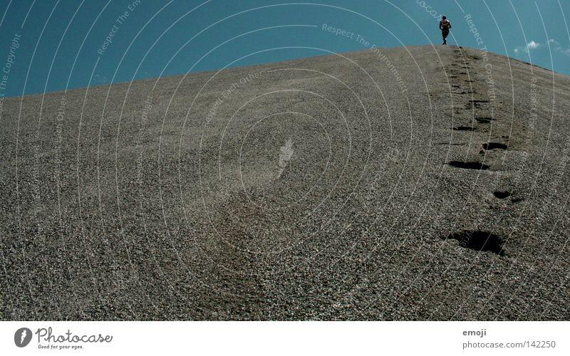 alleine in der Welt Kies Kiesberg Hügel Kiesgrube Baggersee klein Fußspur schreiten gehen zyan Mann Einsamkeit Himmel Gegenlicht Mensch stehen Kraft