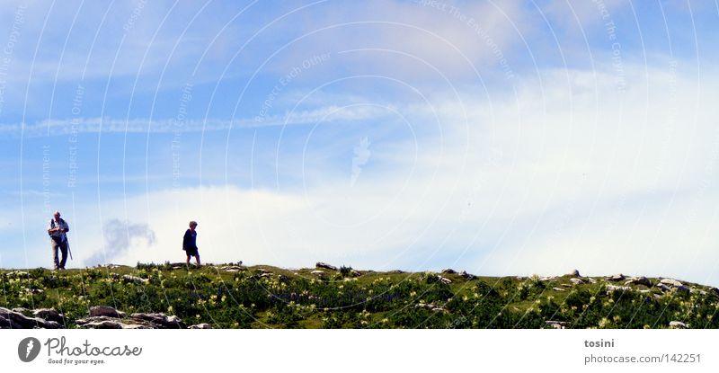 small people, big nature [4/5] Himmel Berge u. Gebirge Mensch Aussicht Ferne Stein Felsen Gras Natur wandern klein groß Wolken Rucksack Schweiz tosini